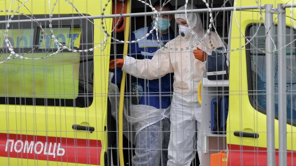 Автомобиль скорой медицинской помощи у павильона №5 временного госпиталя Ленэкспо для пациентов с COVID-19 в Санкт-Петербурге