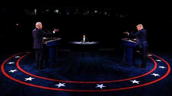 Кандидат в президенты США от Демократической партии Джо Байден и президент США Дональд Трамп во время финальных дебатов в Нэшвилле