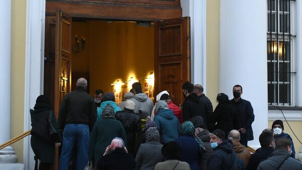 Люди идут на церемонию прощания с депутатом горсовета Выборга, бизнесменом Александром Петровым в Спасо-Преображенский собор в Выборге