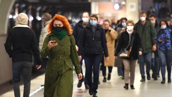 Люди в защитных масках на станции Московского метрополитена