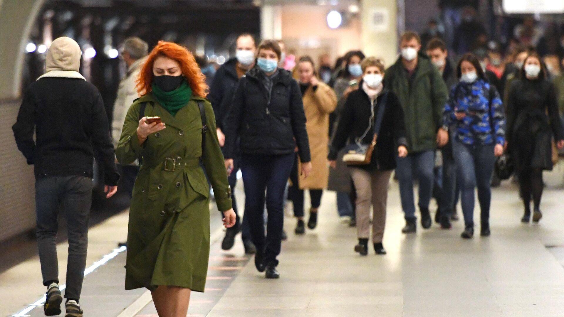 Люди в защитных масках на станции Московского метрополитена - РИА Новости, 1920, 28.10.2020