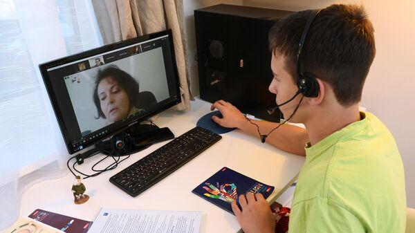 Ученик школы во время онлайн-консультации