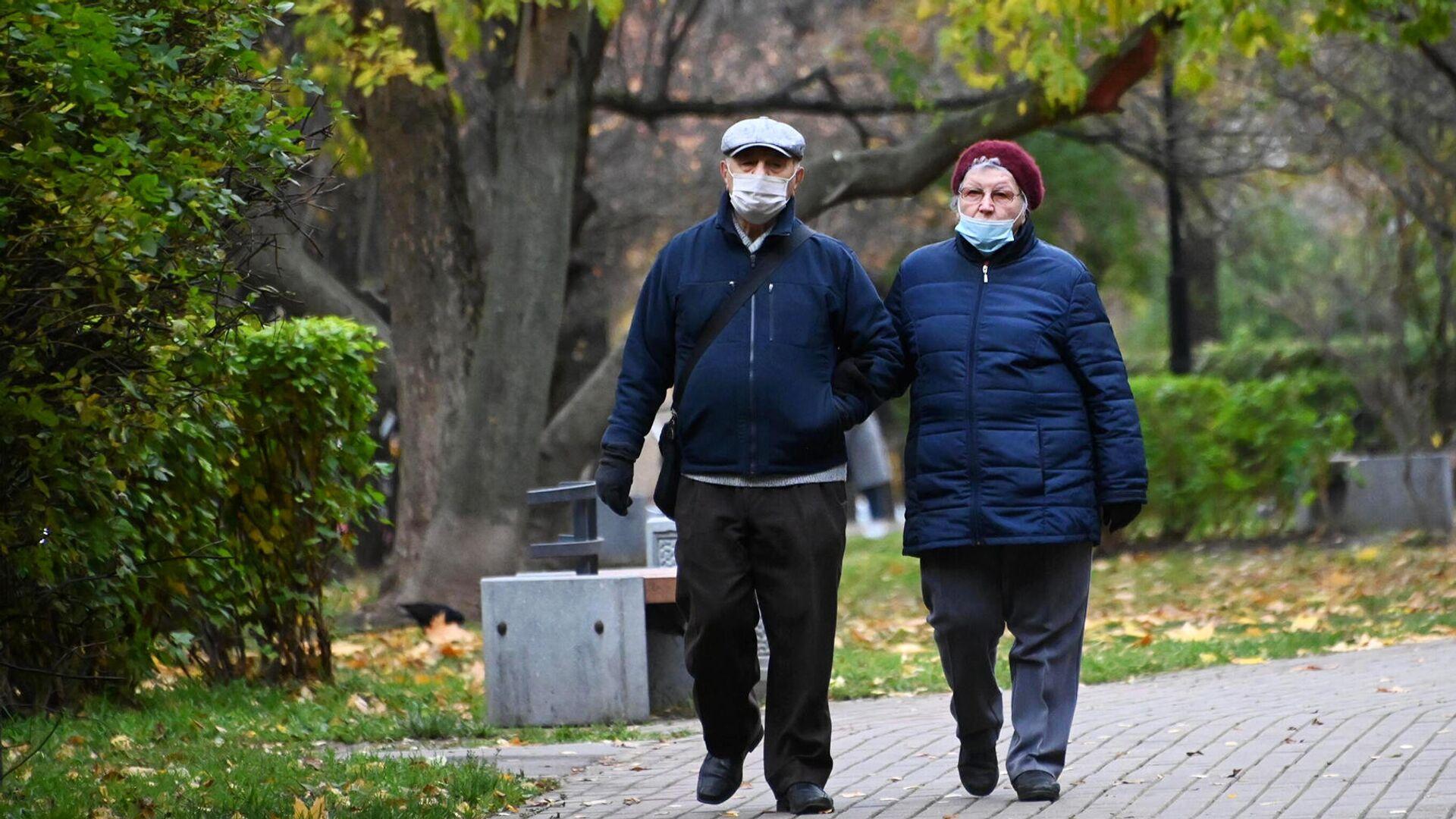 Прохожие в защитных масках на улице Гарибальди в Москве - РИА Новости, 1920, 14.10.2021