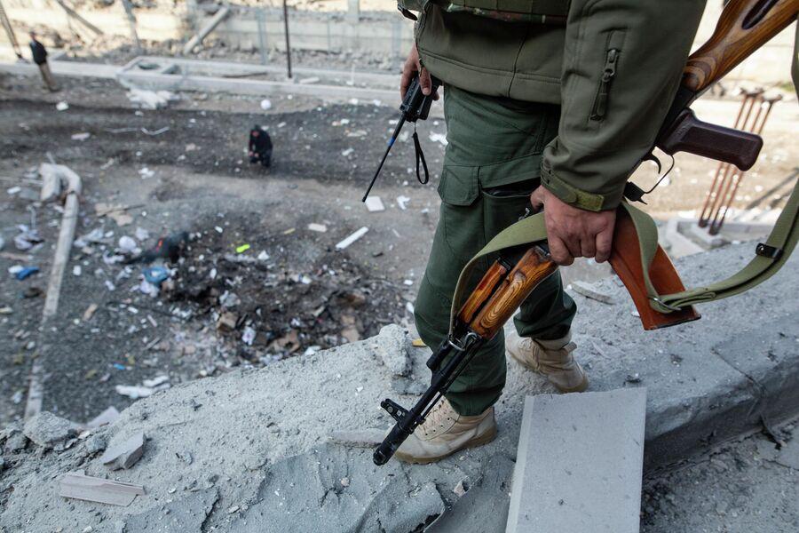 Вооруженный человек на месте удара по зданию родильного дома в Степанакерте