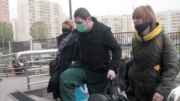 Участник движения Новое величие Павел Ребровский у здания Люблинского районного суда города Москвы