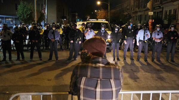 Сотрудники полиции во время акции протеста в Филадельфии