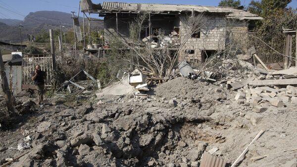 Дом, поврежденный в результате обстрела Степанакерта