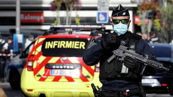 Полицейский на месте нападения возле церкви Нотр-Дам в Ницце