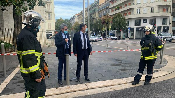 Мэр города Ницца Кристиан Эстрози у места, где неизвестный с ножом напал на прихожан в церкви Нотр-Дам