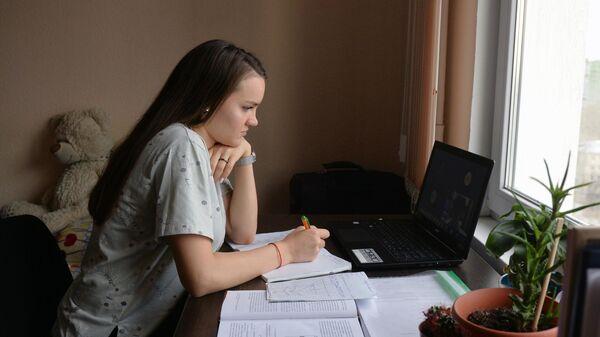 Студентка Уральского федерального университета (УрФУ) во время дистанционного обучения в общежитии Екатеринбурга