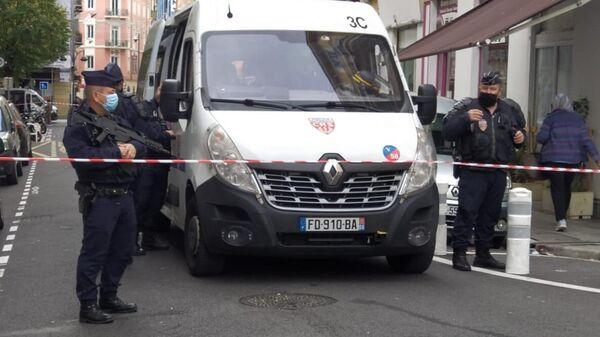 Полицейские на месте нападения возле церкви Нотр-Дам в Ницце