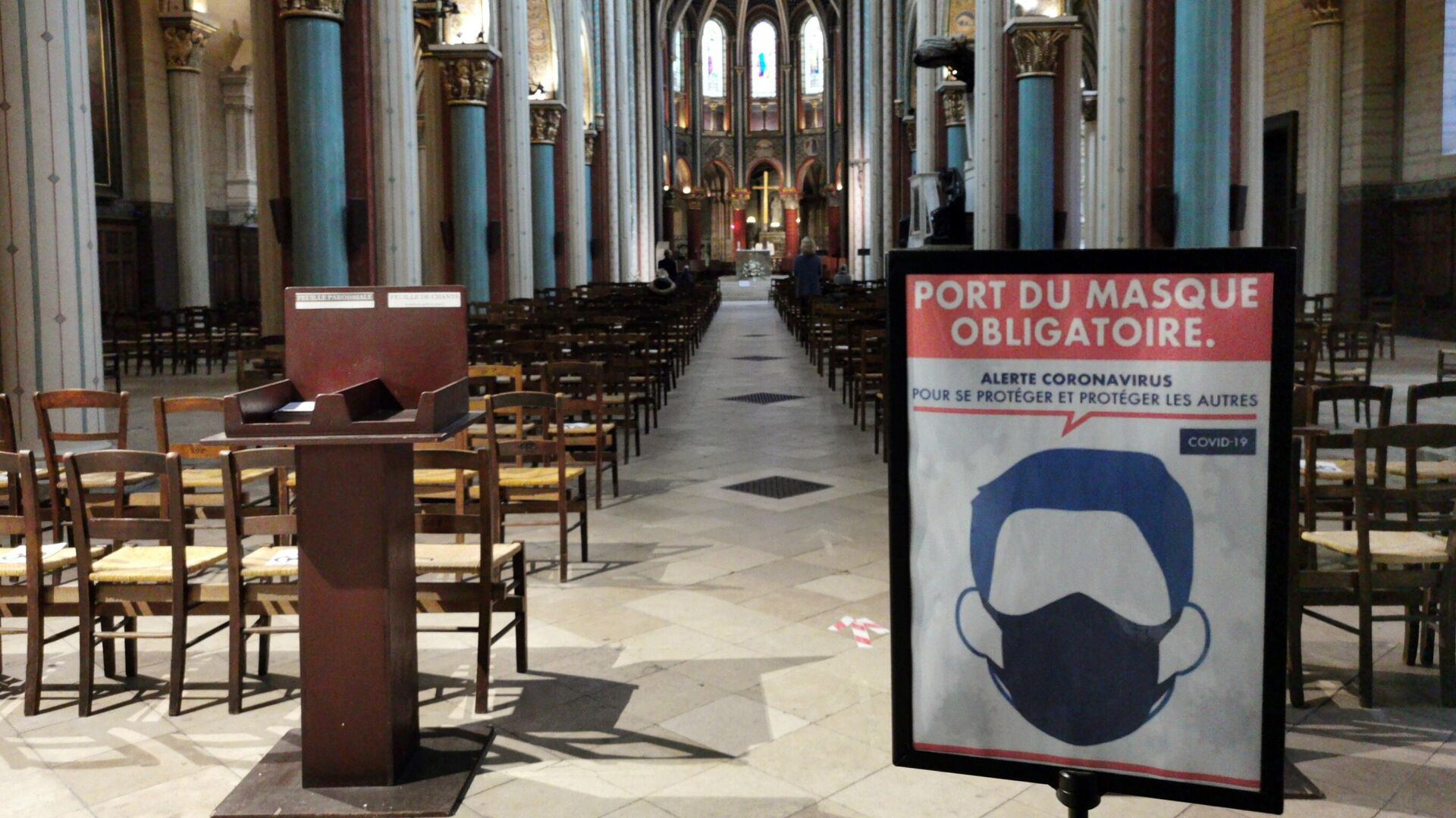 Плакат, напоминающий о ношении масок в церкви Сен-Жермен в Париже - РИА Новости, 1920, 05.11.2020