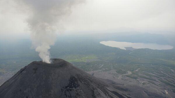 Вид на действующий вулкан Карымский на Камчатке