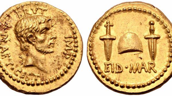 Золотая монета, отчеканенная Марком Юнием Брутом в честь убийства Гая Юлия Цезаря