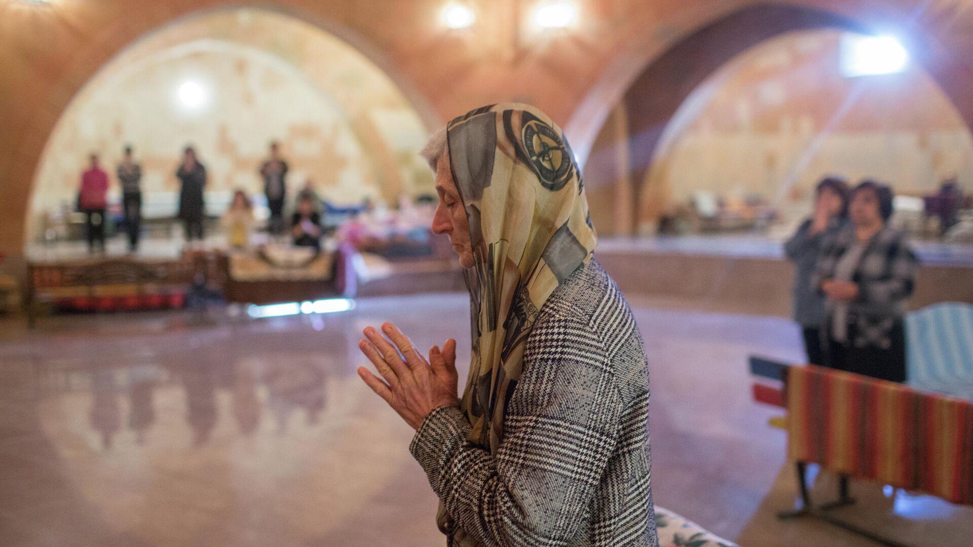 Местные жители прячутся от обстрелов в одной из церквей Нагорного Карабаха - РИА Новости, 1920, 14.11.2020