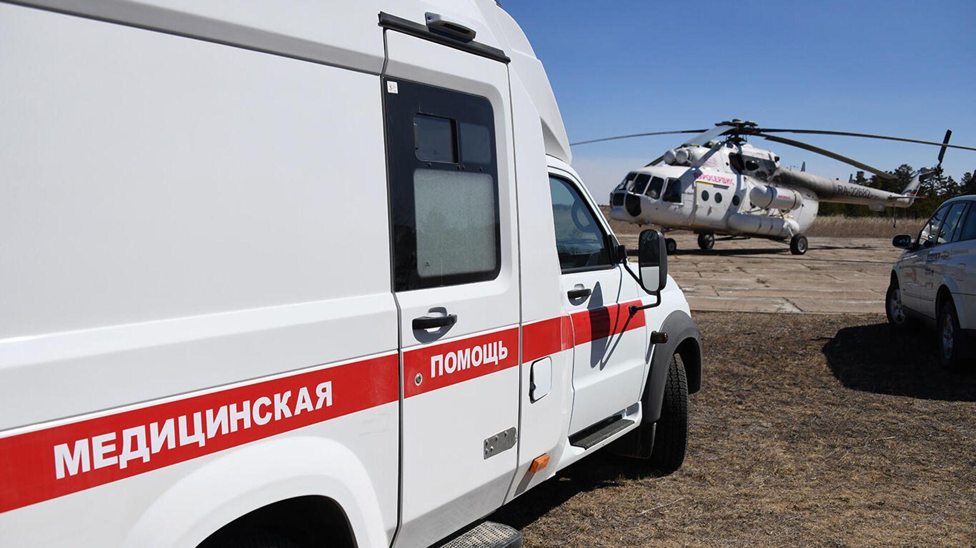 Машина скорой помощи и вертолет санитарной авиации - РИА Новости, 1920, 17.01.2021