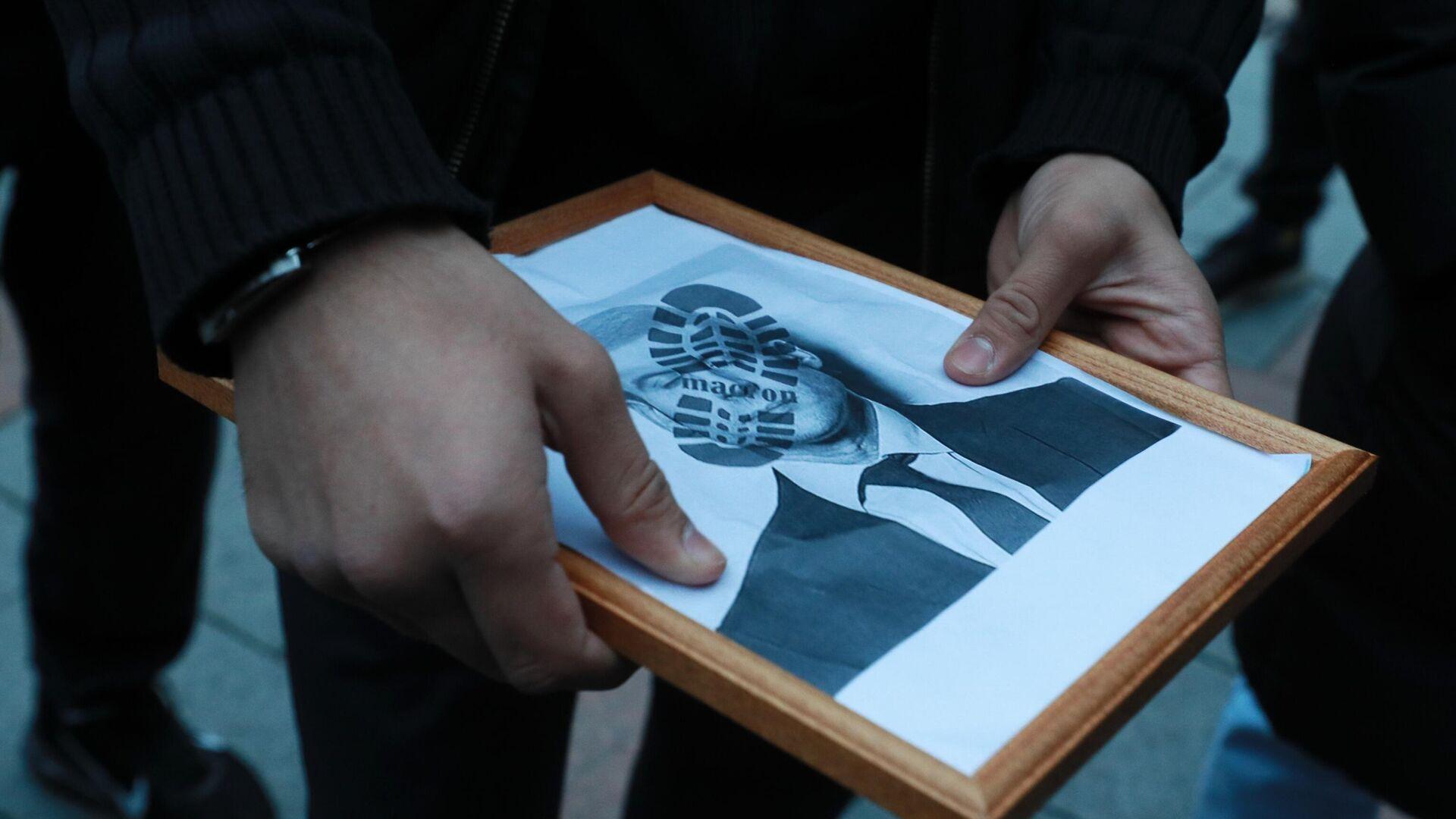 Участники акции протеста против политики президента Франции Эммануэля Макрона около посольства Франции в Москве - РИА Новости, 1920, 28.09.2021