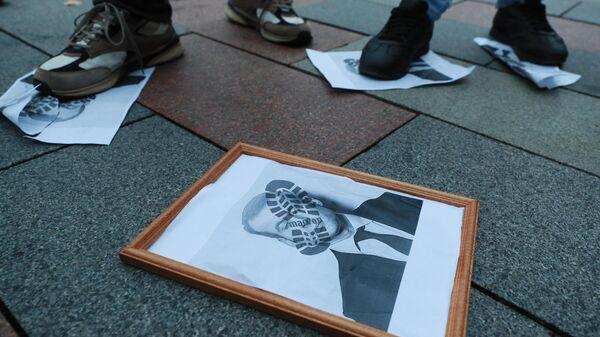 Участники акции протеста около посольства Франции в Москве