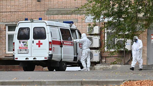 Бригада скорой медицинской помощи возле городской больницы №20 в Ростове-на-Дону