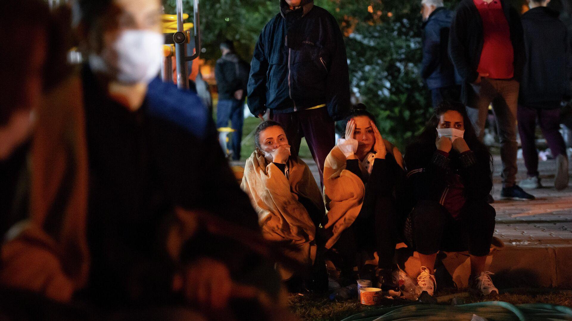 Родственники возможных жертв землетрясения в Турции ждут, пока спасатели ищут выживших под завалами - РИА Новости, 1920, 31.10.2020