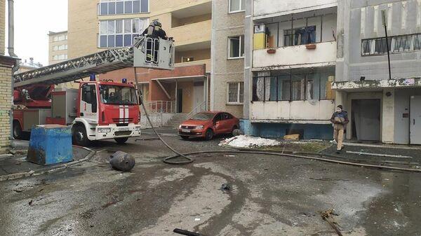 Сотрудники МЧС на месте взрыва кислородной будки в поликлинике горбольницы №2 Челябинска