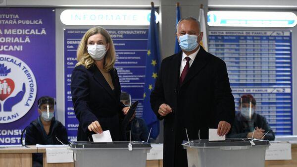 Президент Молдавии Игорь Додон с супругой Галиной голосуют на всеобщих выборах президента Молдавии на одном из участков в Кишиневе