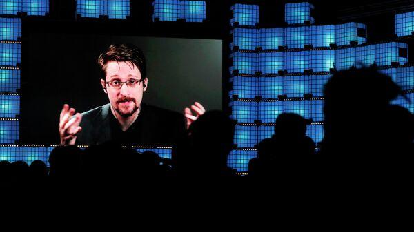 Эдвард Сноуден общается по видеосвязи с участникам технологической конференции Web Summit в Лиссабоне