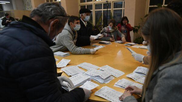 Подсчет голосов на избирательном участке в Кишиневе, после завершения голосования на выборах президента Молдавии
