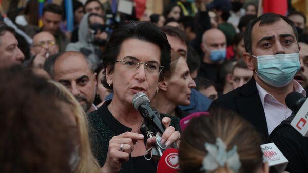 Лидер партии Демократическое движение - Единая Грузия Нино Бурджанадзе выступает на акции оппозиции в Тбилиси