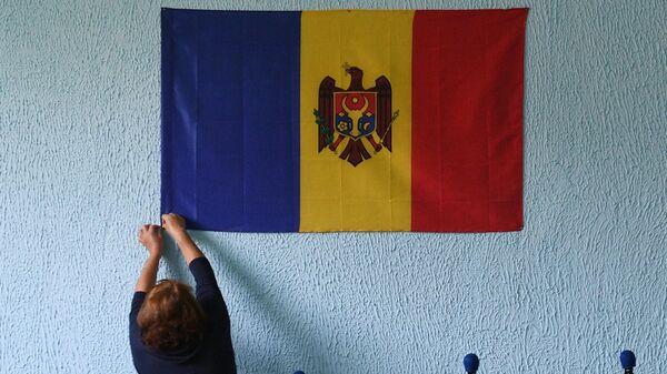 Подготовка к голосованию избирательного участка в селе Грэдиница в Молдавии