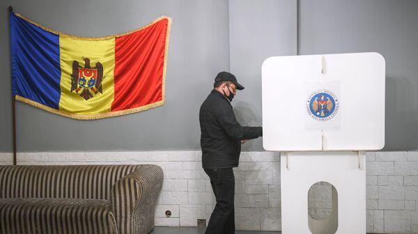 Мужчина голосует на всеобщих выборах президента Молдавии