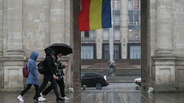 Прохожие у здания Правительства Молдавии в Кишиневе