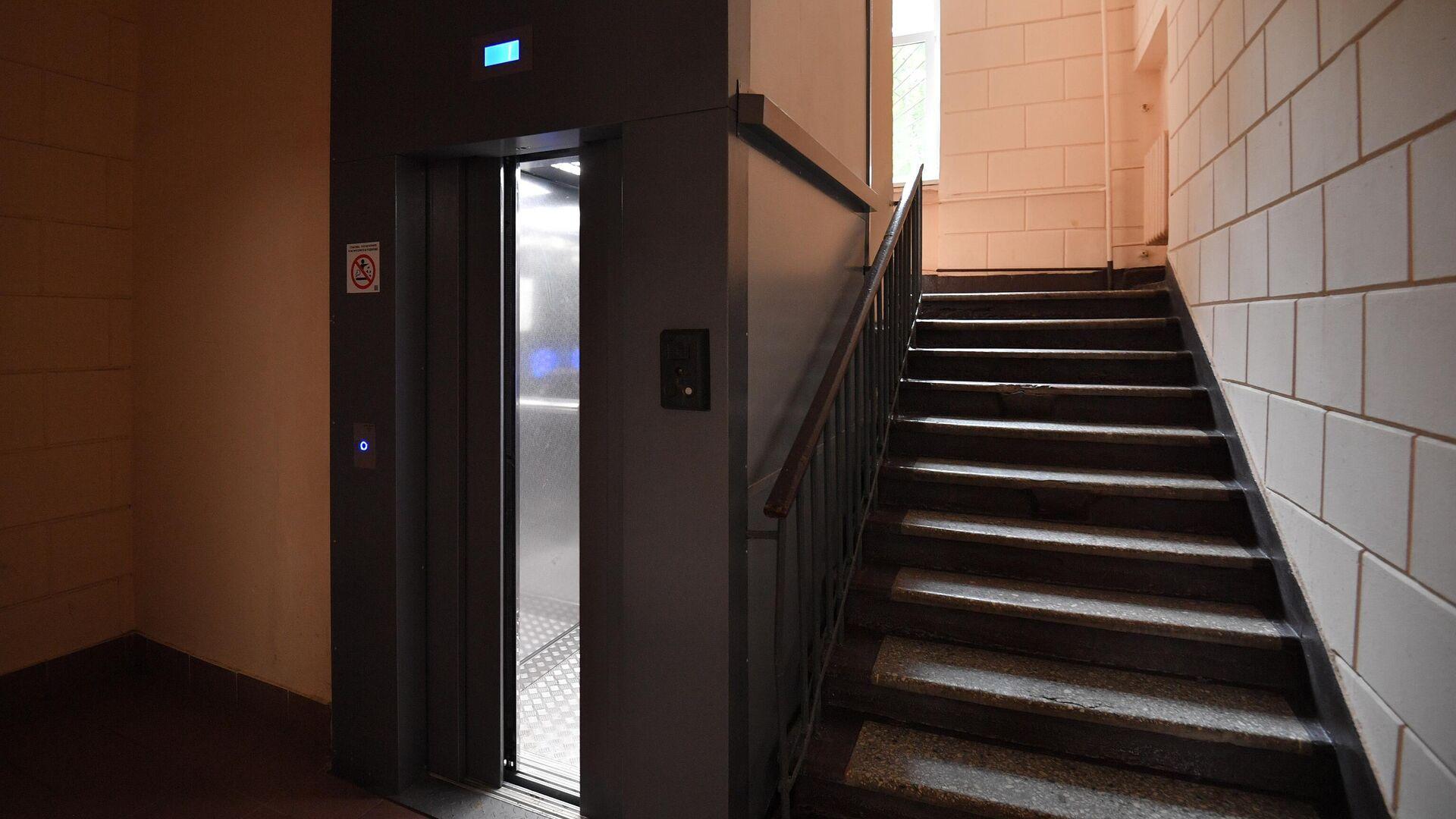 Лифт в подъезде жилого дома в Москве - РИА Новости, 1920, 12.06.2021