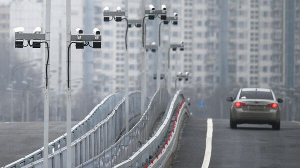 Автомобильное движение на мосту через Кожуховский затон на юго-востоке Москвы