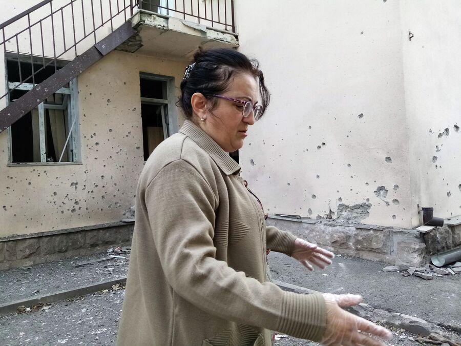 Медсестра Анаид показывает место попадания снаряда