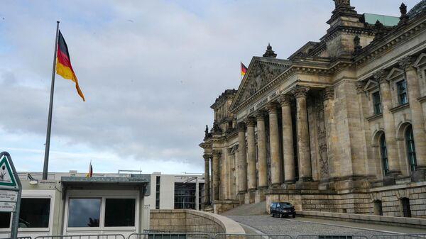 Пустая улица перед зданием Рейхстага в Берлине во время карантина, введенного в связи с коронавирусом