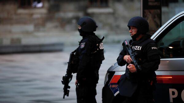 Сотрудники правоохранительных органов Австрии на мете стрельбы в Вене