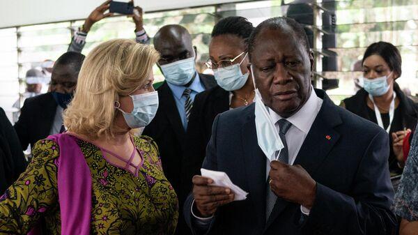 Президент Кот-д'Ивуара Алассан Уаттара и его жена Доминик Уаттара  после голосования на избирательном участке во время президентских выборов в Абиджане