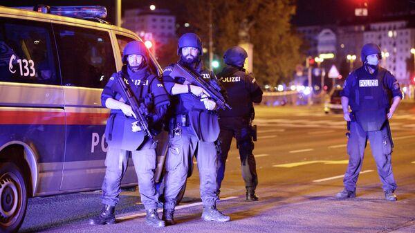 Полицейские на площади Шведенплац в Вене после перестрелки