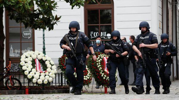Сотрудники полицейского спецназа у места возложения венков в память о погибших при нападении в Вене