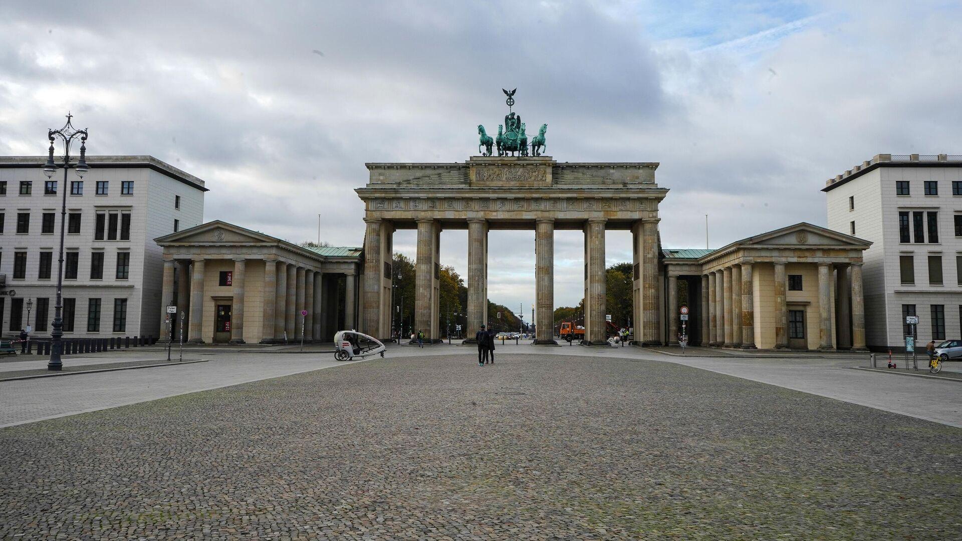 Пустая улица перед Бранденбургскими воротами в Берлине во время карантина, введенного в связи с коронавирусом - РИА Новости, 1920, 17.01.2021