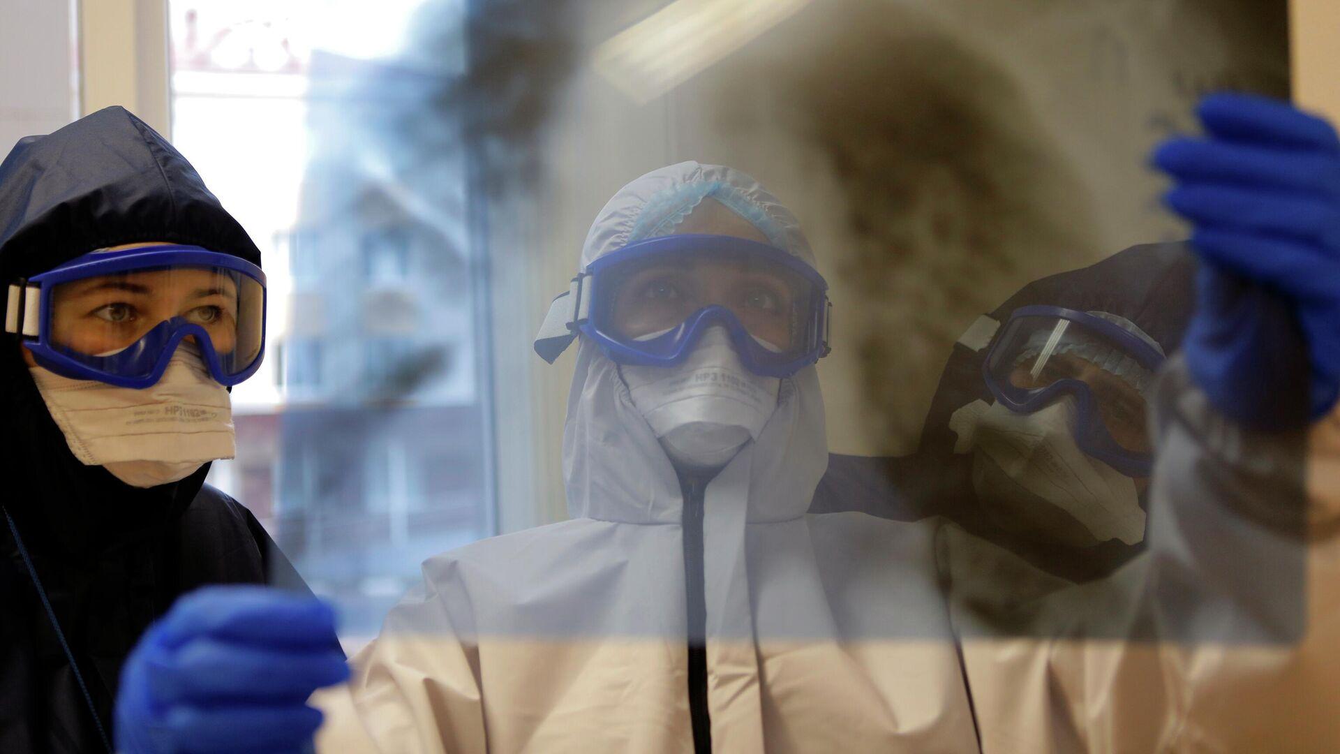 Медицинские работники в ковид-госпитале, организованном в центральной районной больнице в городе Шебекино в Белгородской области - РИА Новости, 1920, 05.11.2020