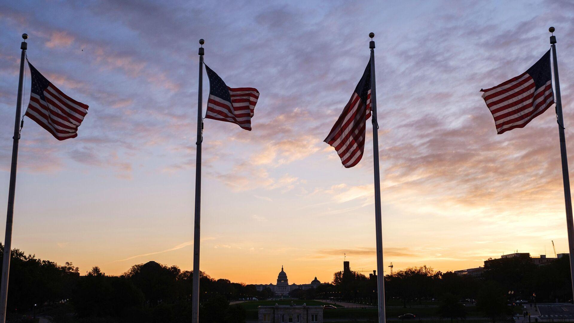 Флаги США около монумента первому президенту США Джорджу Вашингтону в Вашингтоне - РИА Новости, 1920, 17.11.2020