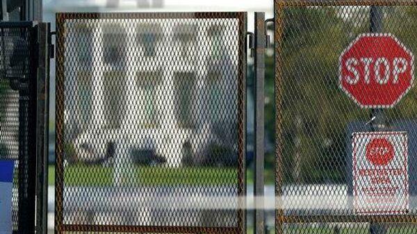 Вокруг Белого дома по запросу Секретной службы США в связи с уникальными требованиями к безопасности вокруг предстоящих президентских выборов и в связи с необходимостью быстро разрешить потенциально возможные столкновения возвели двухметровый забор