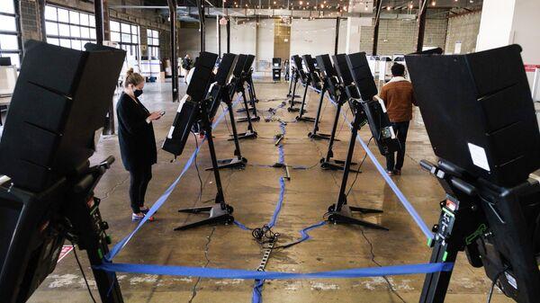 Голосование на одном из избирательных участков в Вашингтоне, США