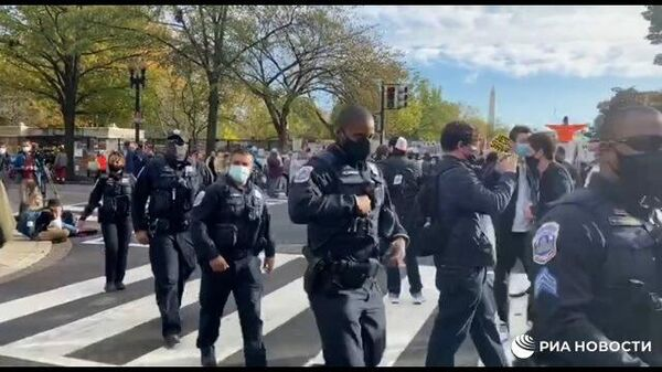 Усиленные наряды полиции стягиваются к Белому дому