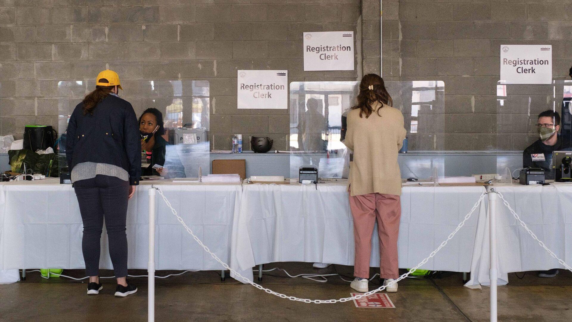 Избиратели во время голосования на выборах президента США на одном из избирательных участков в Вашингтоне - РИА Новости, 1920, 04.11.2020