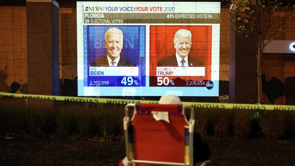 Экран с предварительными результатами голосования на президентских выборах в США