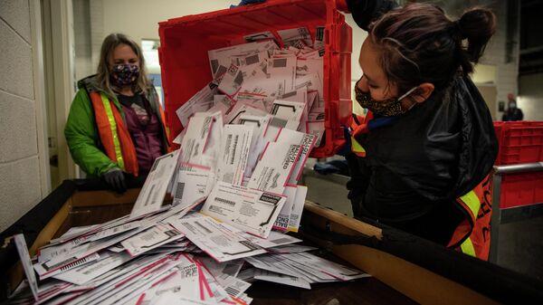 Выемка бюллетеней из урны для голосования на избирательном участке в Портленде