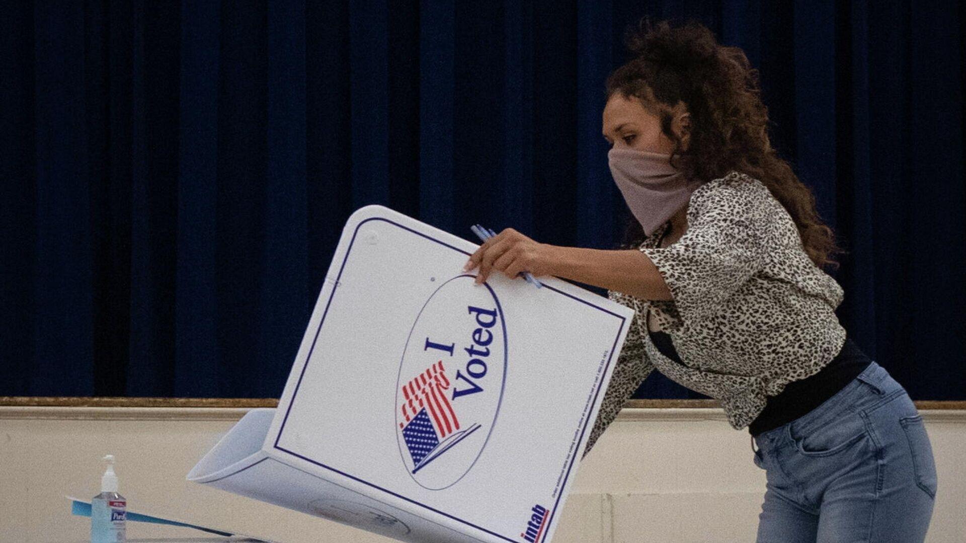 Сотрудница избирательной комиссии после окончания голосования на президентских выборах в США - РИА Новости, 1920, 04.11.2020